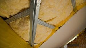 Jak prawidłowo ułożyć izolację termiczną pod dachem skośnym i zamontować okna dachowe?