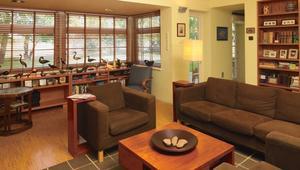Przytulny dom architekta - wnętrza w ciepłych barwach, z drewnem w roli głównej