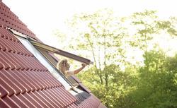 Rodzaje okien. Jak mogą otwierać się okna tradycyjne, okna dachowe i okna balkonowe