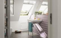 Łazienka na poddaszu jasna i wygodna