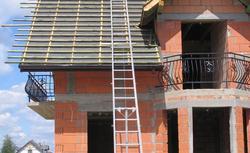Krycie dachu bez błędów. Jak znaleźć dobrego dekarza?