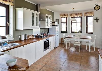 Pomysł na podłogę w kuchni. Materiały wykończeniowe od płytek po drewno i kamień