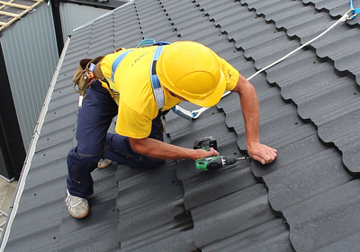 Konserwacja dachu przed zimą - jakie prace należy wykonać przed pierwszym śniegiem?