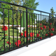 Z czego zrobić ogrodzenie? Ogrodzenia z metalu, cegły, drewna i kamienia. 15 propozycji