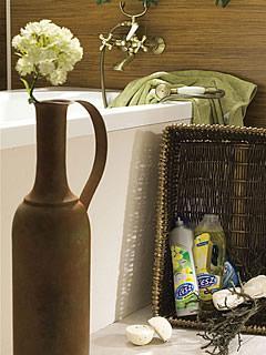 Dodatki w łazience, w której dominuje drewno