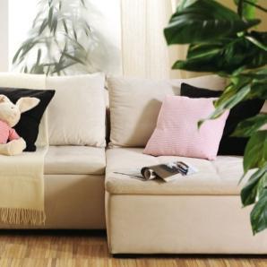 Duża, wygodna kanapa w salonie